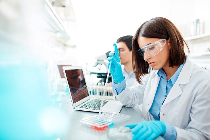Qual a importância da redução de custos em laboratório