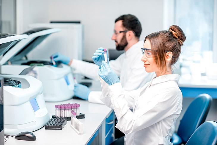 Utilizar os materiais adequados no manuseio de amostras biológicas