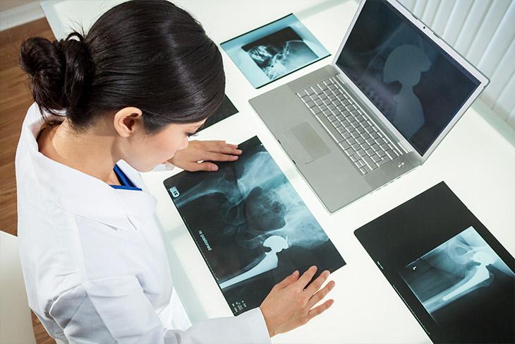 Como um algoritmo de diagnóstico pode ser utilizado para interpretar exames médicos?