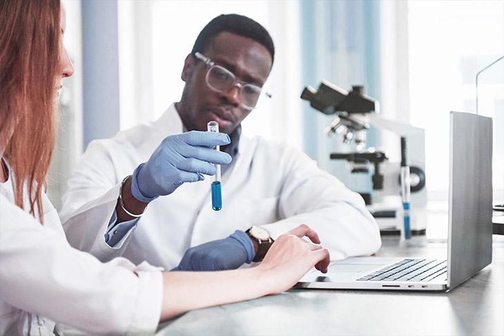 Quais os pontos que devem ser considerados no controle de qualidade de laboratório clínico?